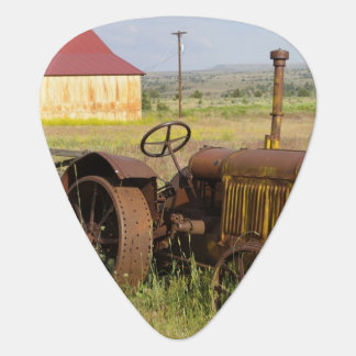 USA, Oregon, Shaniko. Rusty vintage tractor in Plectrum