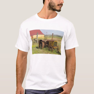 USA, Oregon, Shaniko. Rusty vintage tractor in T-Shirt