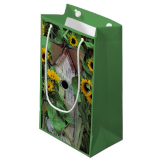USA, Pennsylvania. Birdhouse and garden Small Gift Bag