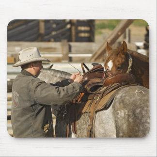 USA, Washington, Malaga, Cowboy preparing for Mouse Pad