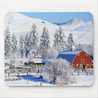USA, Washington, Methow Valley, Barns in Mouse Pad