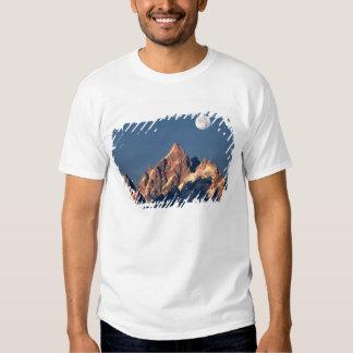 USA, Wyoming, Grand Teton NP. A full moon sets Tshirts