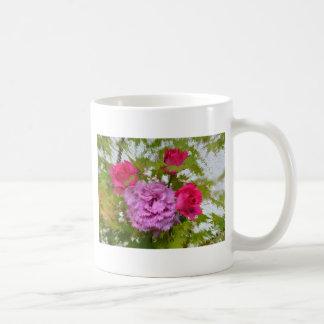 verschiedene Rosen im Ahornbaum Nahaufnahme Teetassen