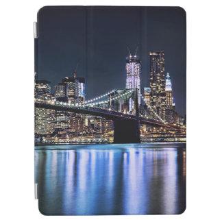 View of New York's Brooklyn bridge reflection iPad Air Cover