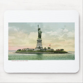 "Vintage ""Statue of Liberty"" Poster. New York. Mouse Mat"