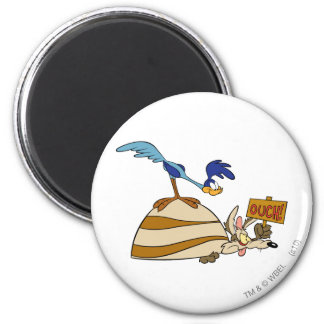 Wile E Coyote and ROAD RUNNER™ Acme Products 5 6 Cm Round Magnet